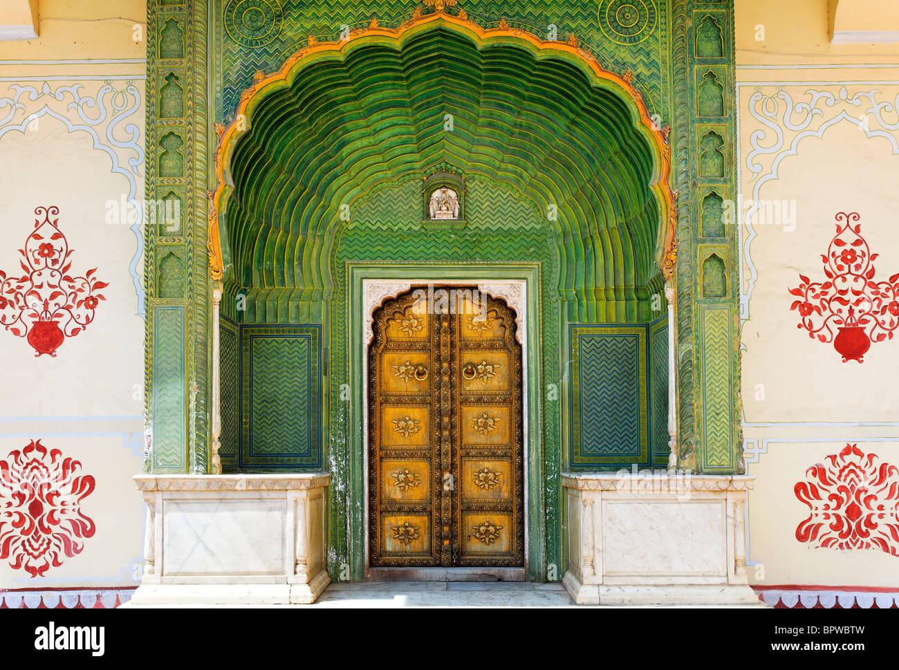 Porte ouvragée dans l'intérieur de la Cour du paon complexe City Palace, Jaipur, Rajasthan, Inde Photo Stock