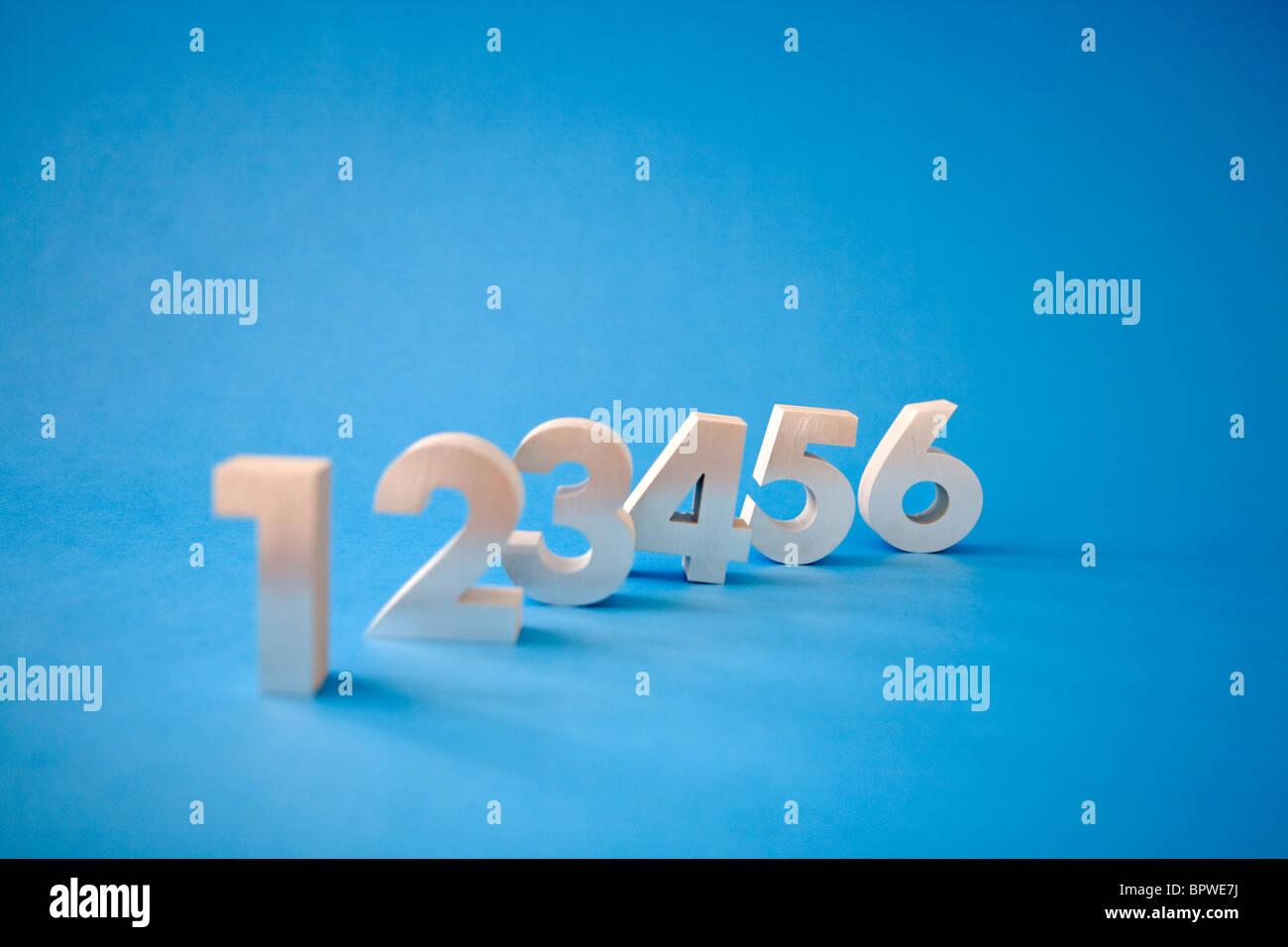 Suite de nombres 1, 2, 3, 4, 5, 6, sur fond bleu Banque D'Images