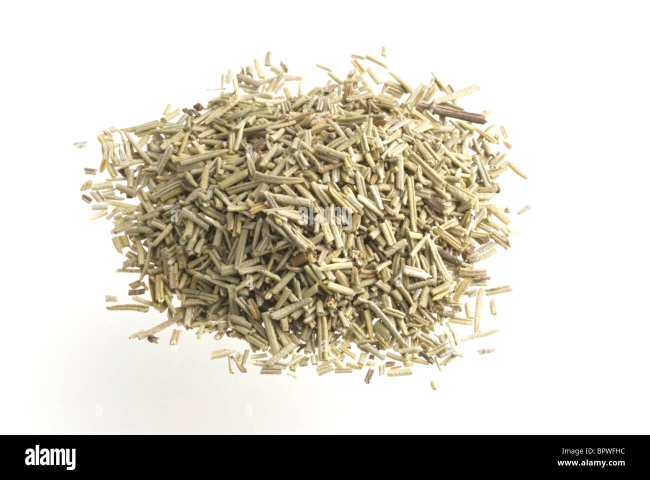 Une pile de l'herbe le romarin, sur un fond blanc. Photo Stock