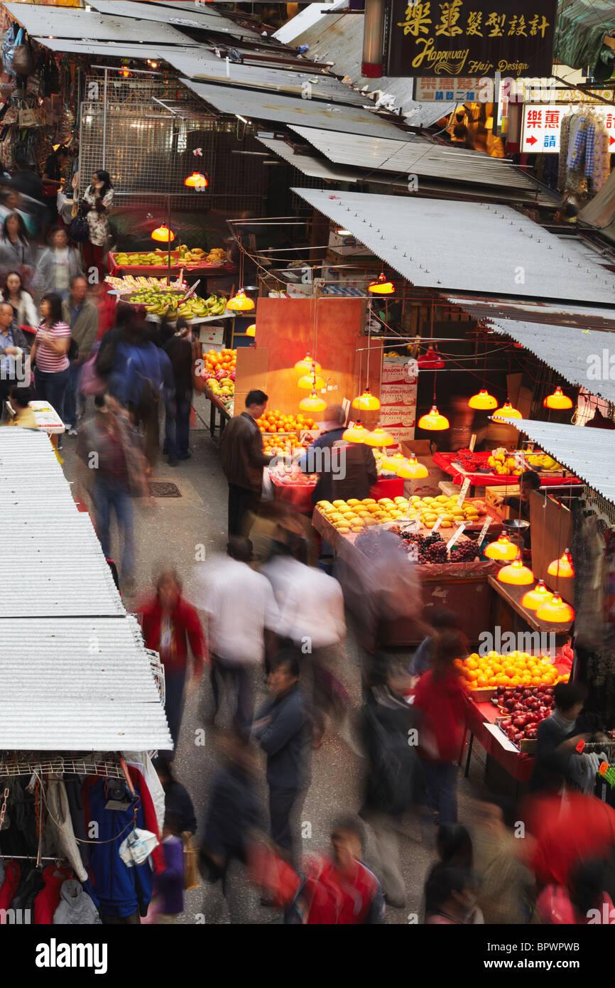Les gens qui marchent le long de la Fa Yuen Street Market, Mong Kok, Kowloon, Hong Kong, Chine Photo Stock