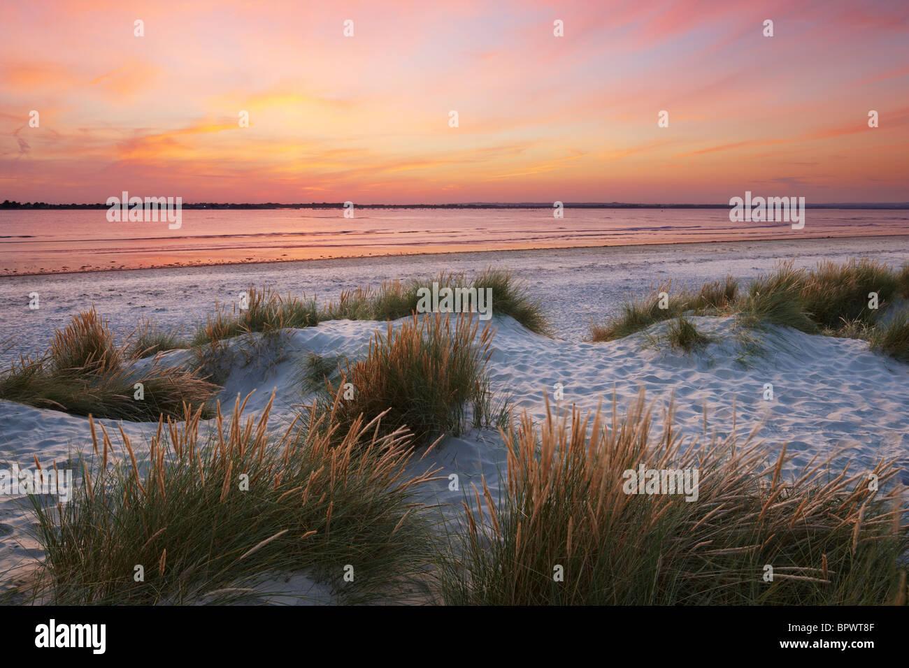 Dunes de sable de l'East West Wittering, tête. Une flèche de sable et de galets située à Photo Stock