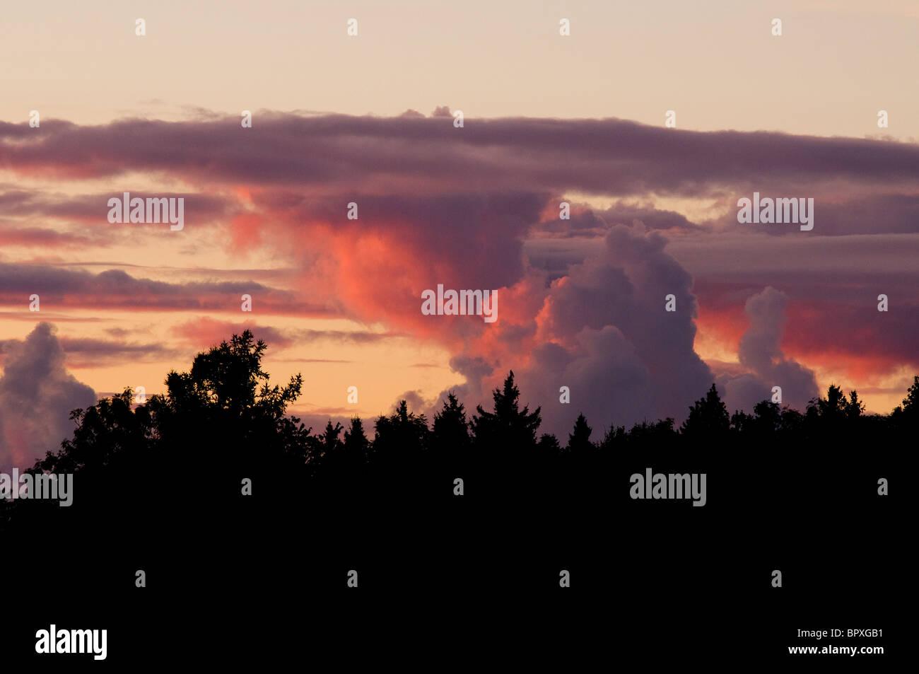 Les nuages d'automne à l'horizon au coucher du soleil en Septembre Photo Stock