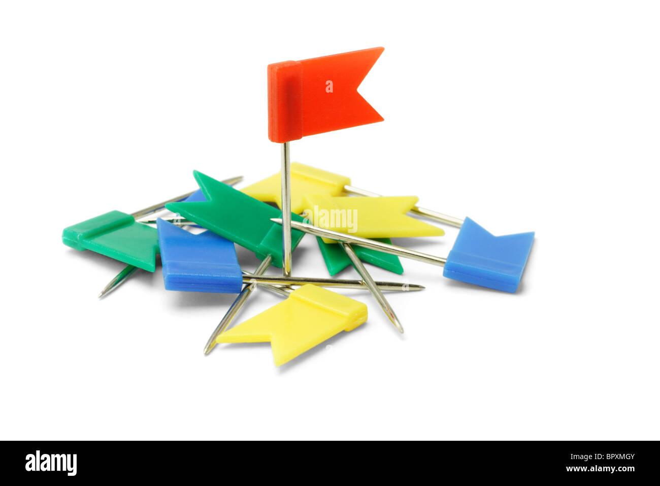 Des épinglettes du drapeau en plastique multicolore sur fond blanc Photo Stock