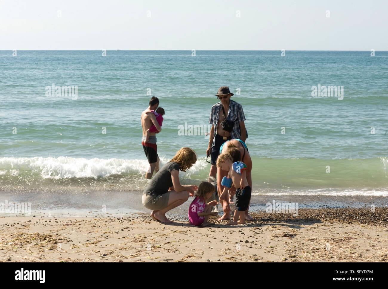 Famille (3 générations) en vacances au bord de la plage Photo Stock