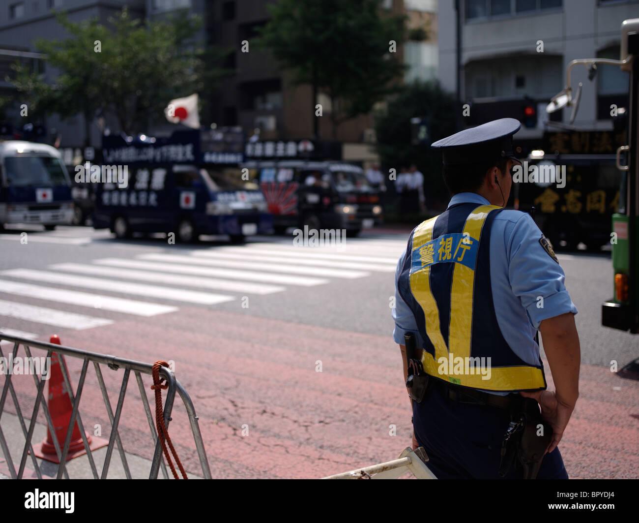 Nationaliste noir cars encerclant temple Yasukuni. La police japonaise a l'arrêt de pénétrer Photo Stock