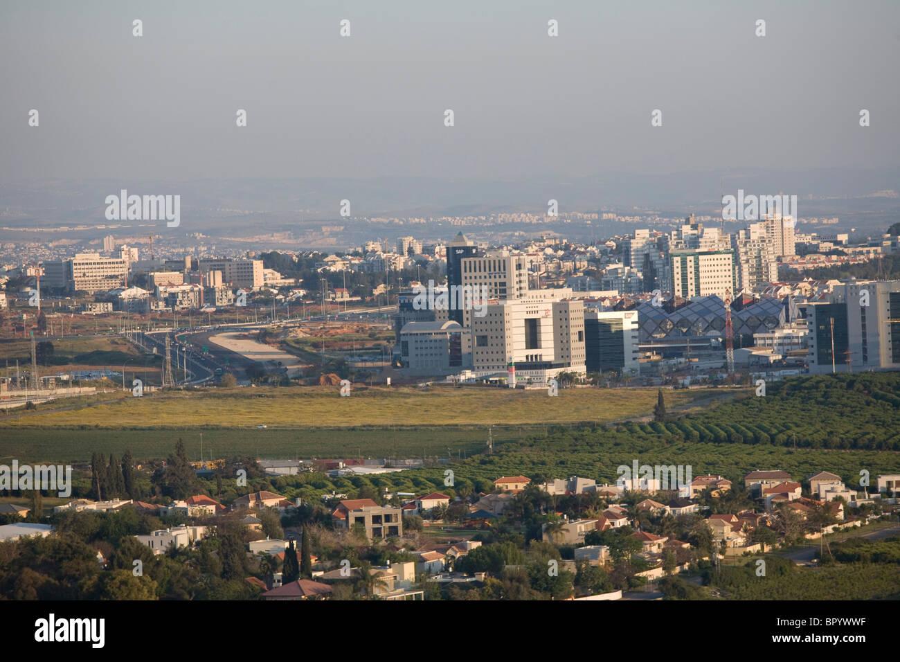 Photographie aérienne du centre de haute technologie de la ville de Ra'anana dans le Sharon Photo Stock