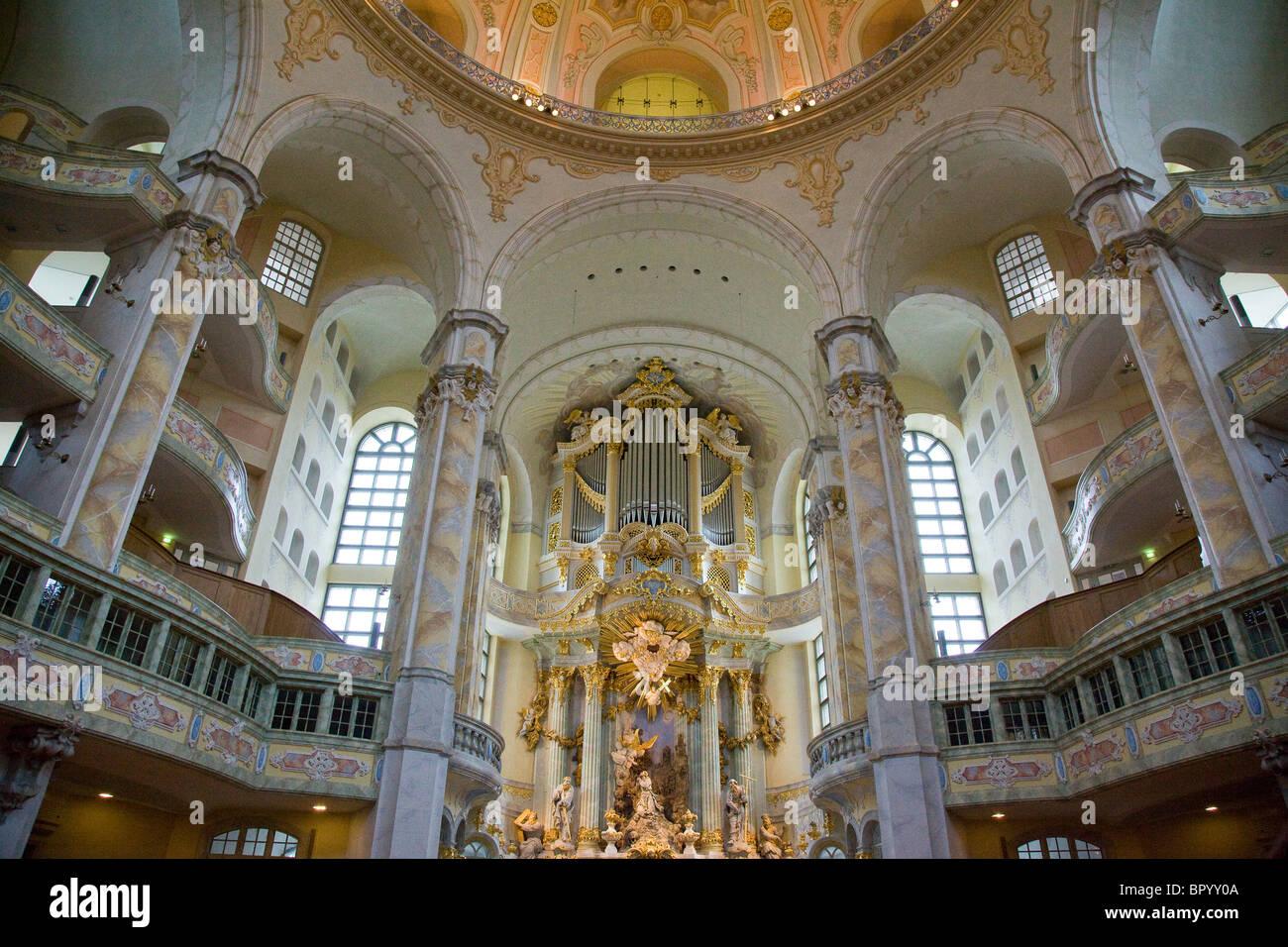 Photographie d'un orgue géant dans une vieille cathédrale de Dresde Allemagne Photo Stock