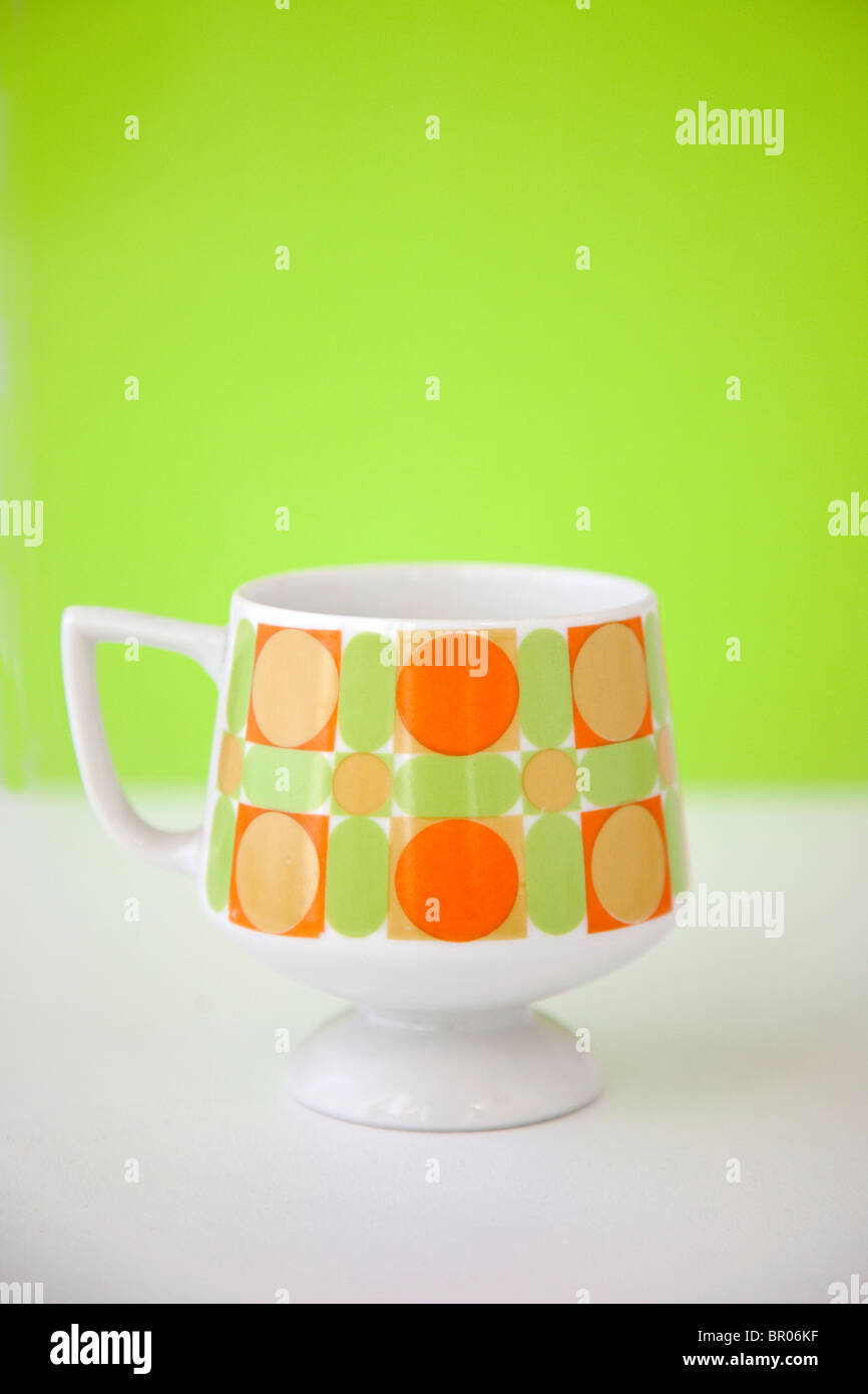 Tasse à café rétro moderne aux couleurs lumineuses Photo Stock
