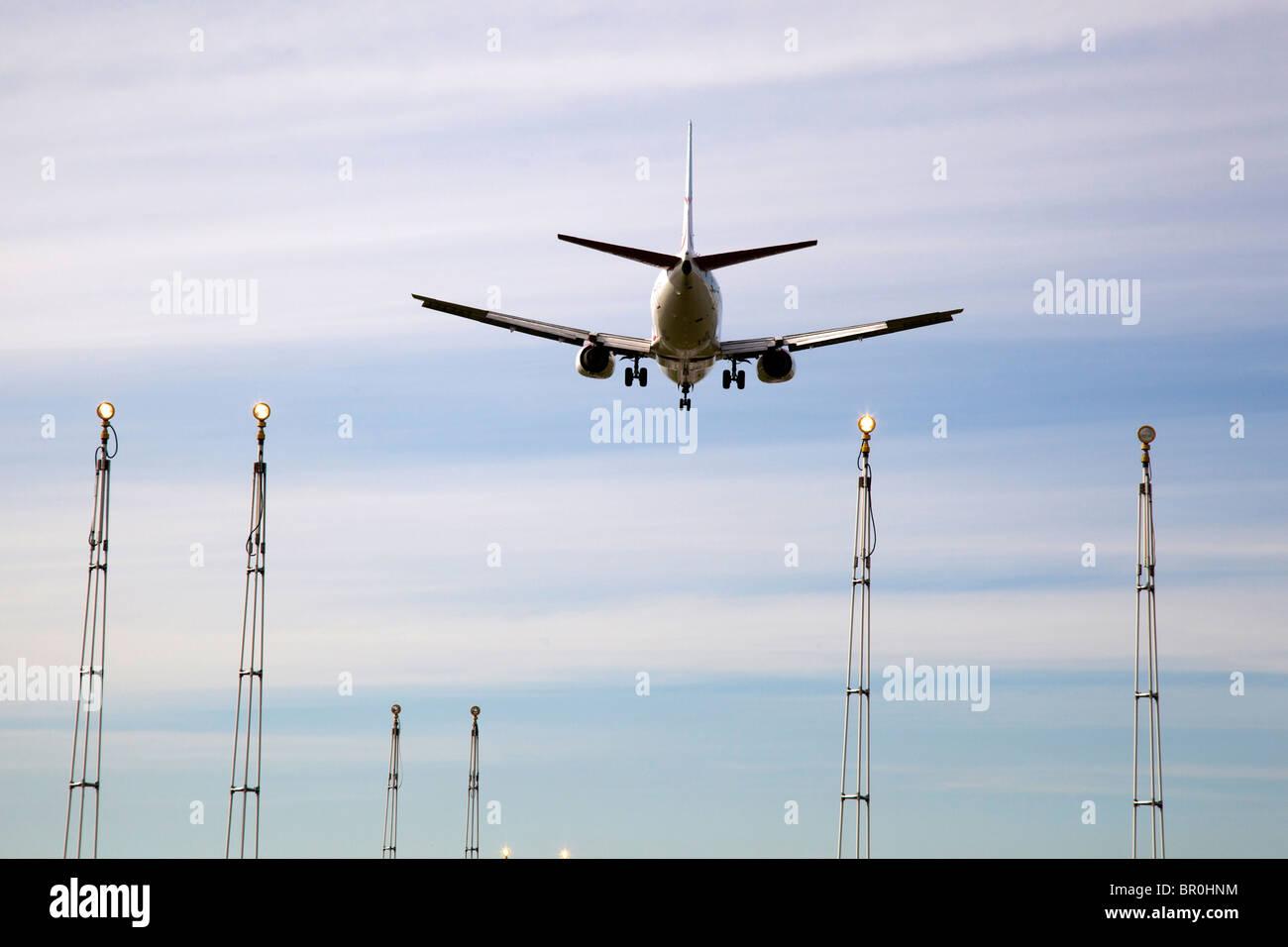 Boeing 737 avion de ligne à l'atterrissage à la fin de la piste à l'aéroport de Manchester. Photo Stock