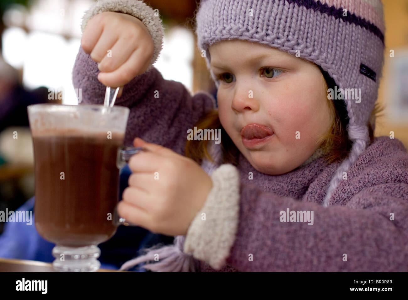 Une jeune fille Boissons Chocolat chaud lors d'une pause de ski à Sunday River dans la région de Bethel, Photo Stock