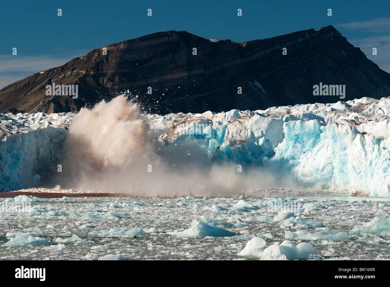 Le vêlage des glaciers, des glaces de l'Arctique, Svalbard Banque D'Images
