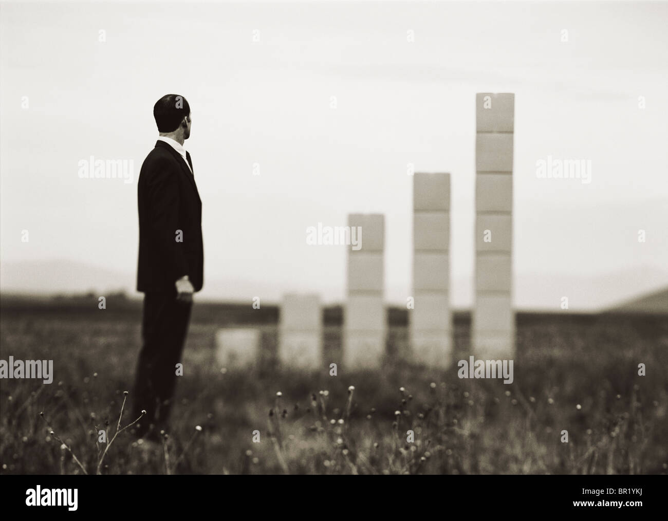 Dans le cadre d'homme avec des boîtes empilées formant un graphe. Photo Stock
