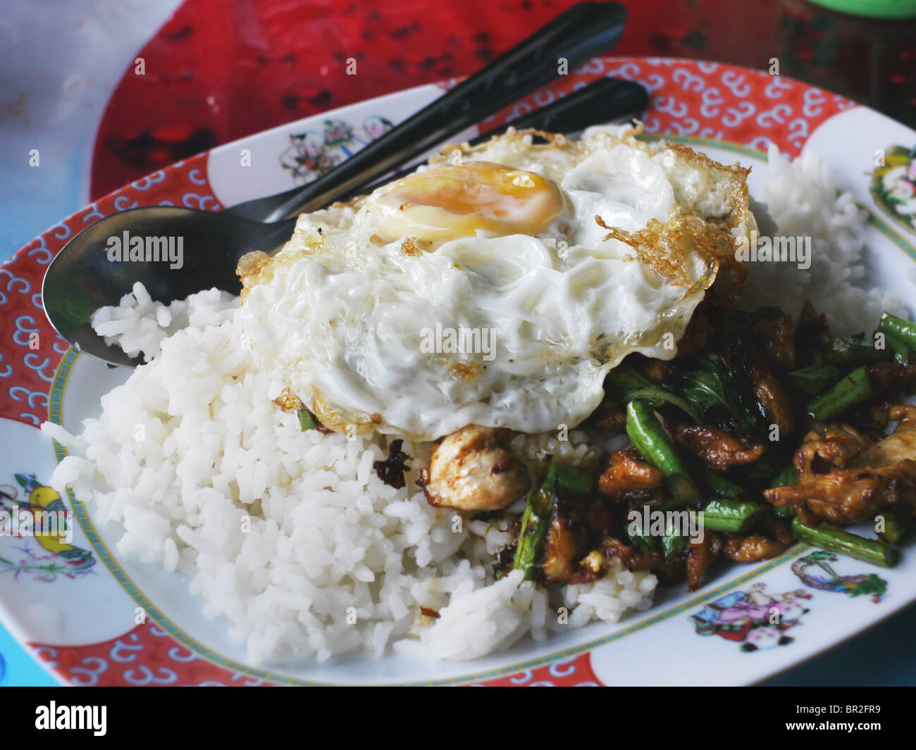 Thai Food, Pad Krapao gai avec poulet, basilic, piment, riz et un œuf frit Photo Stock