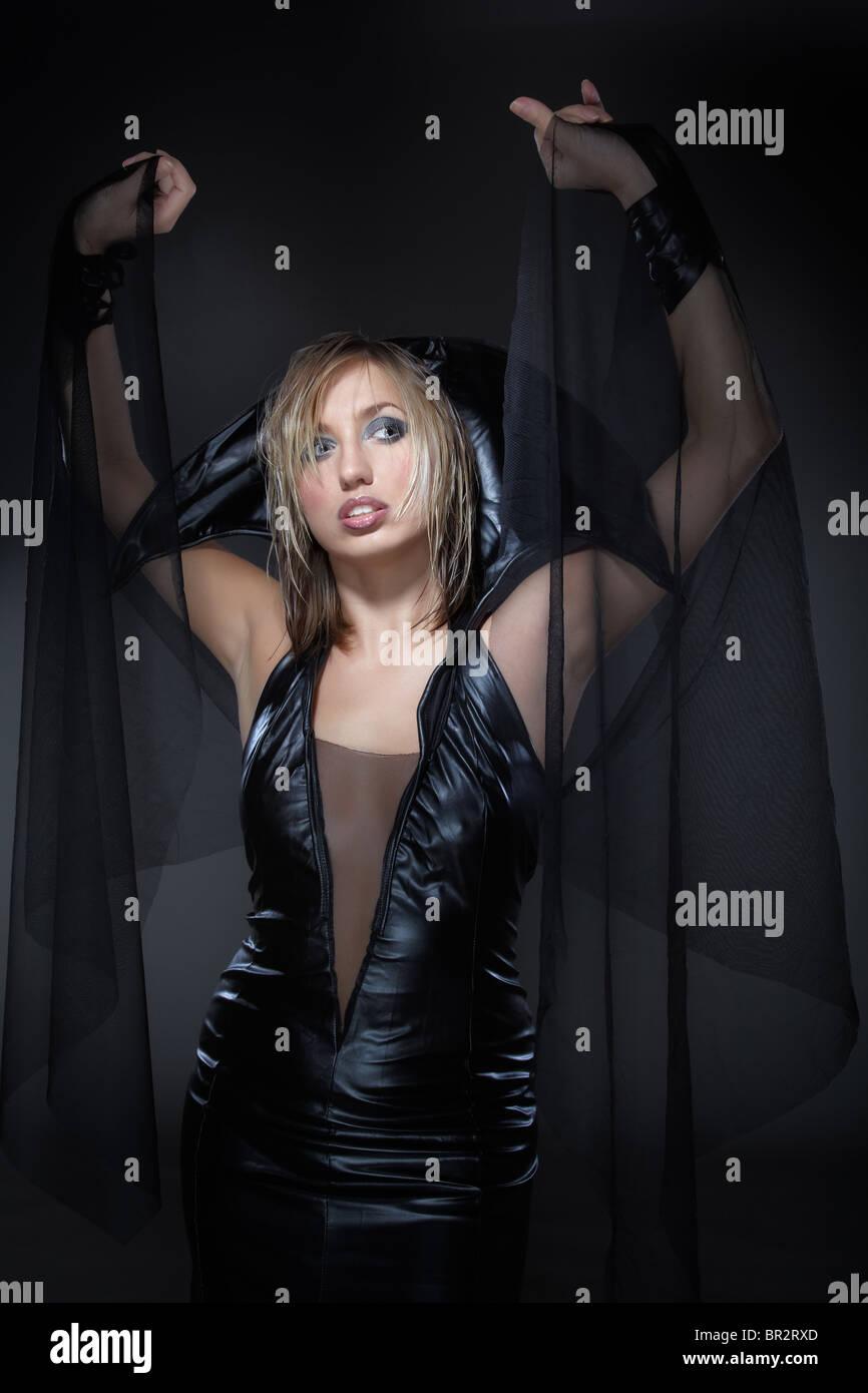 La jeune femme dans un costume d'une sorcière Banque D'Images