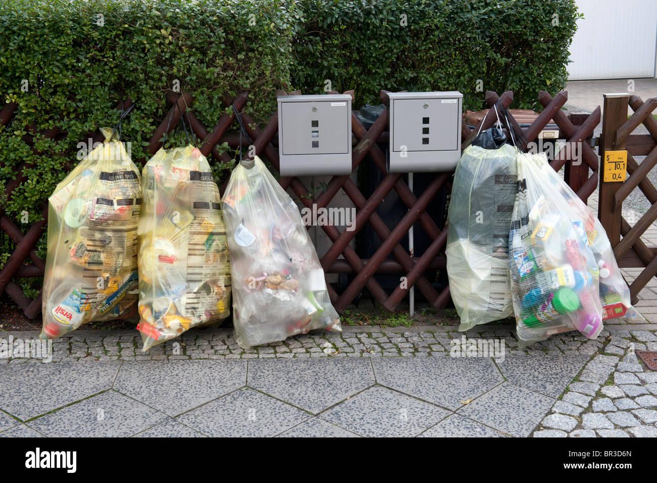 Déchets ménagers triés dans les sacs de recyclage à l'extérieur chambre à Berlin Photo Stock