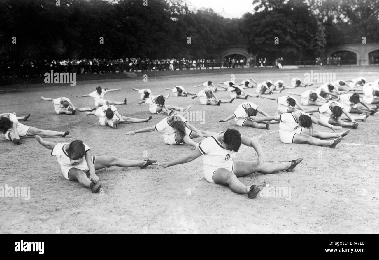 Image historique, les femmes faisant de la gymnastique, ca. 1940 Photo Stock