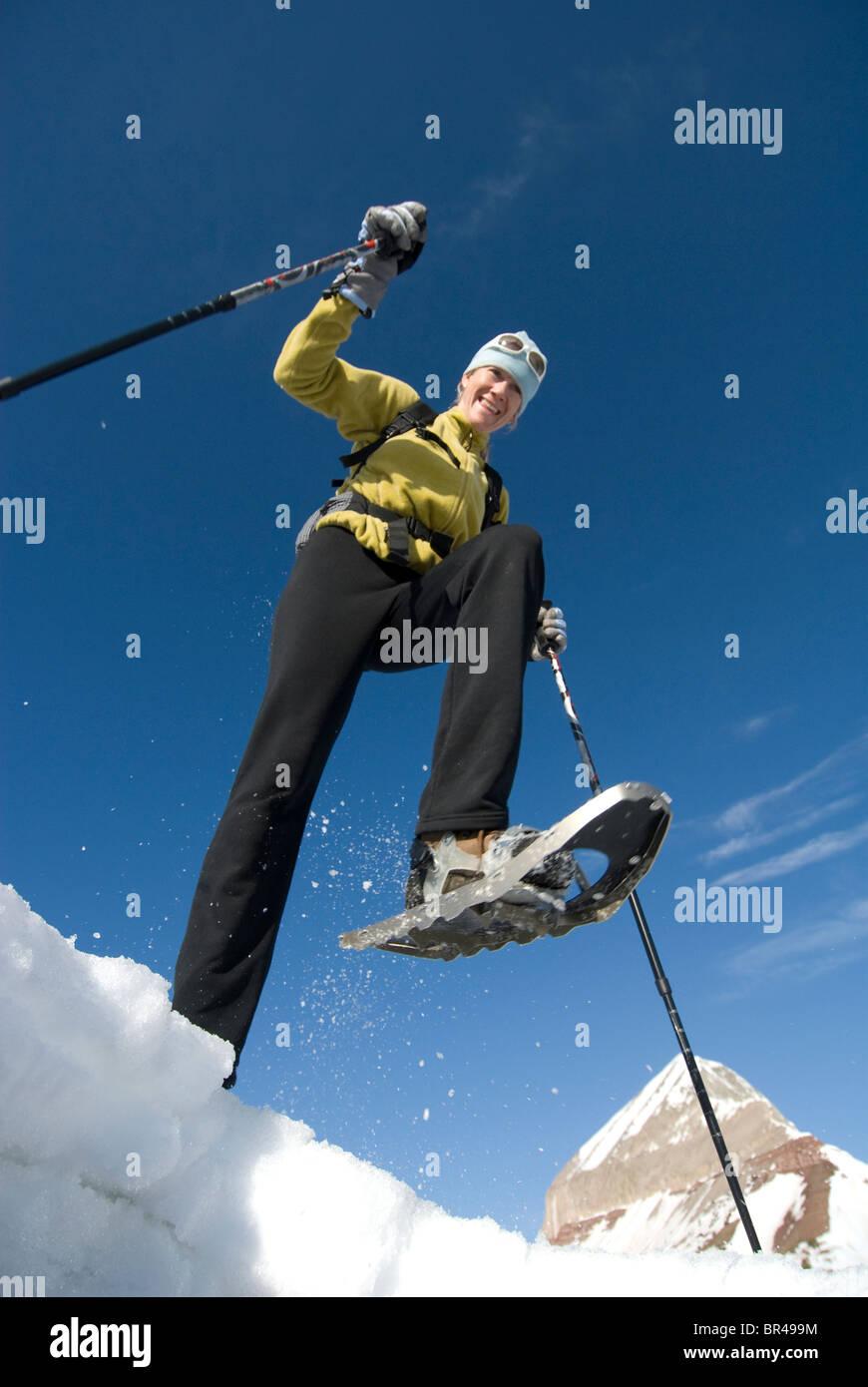 Femme en raquettes de montagne ci-dessous, San Juan National Forest, Colorado. Photo Stock