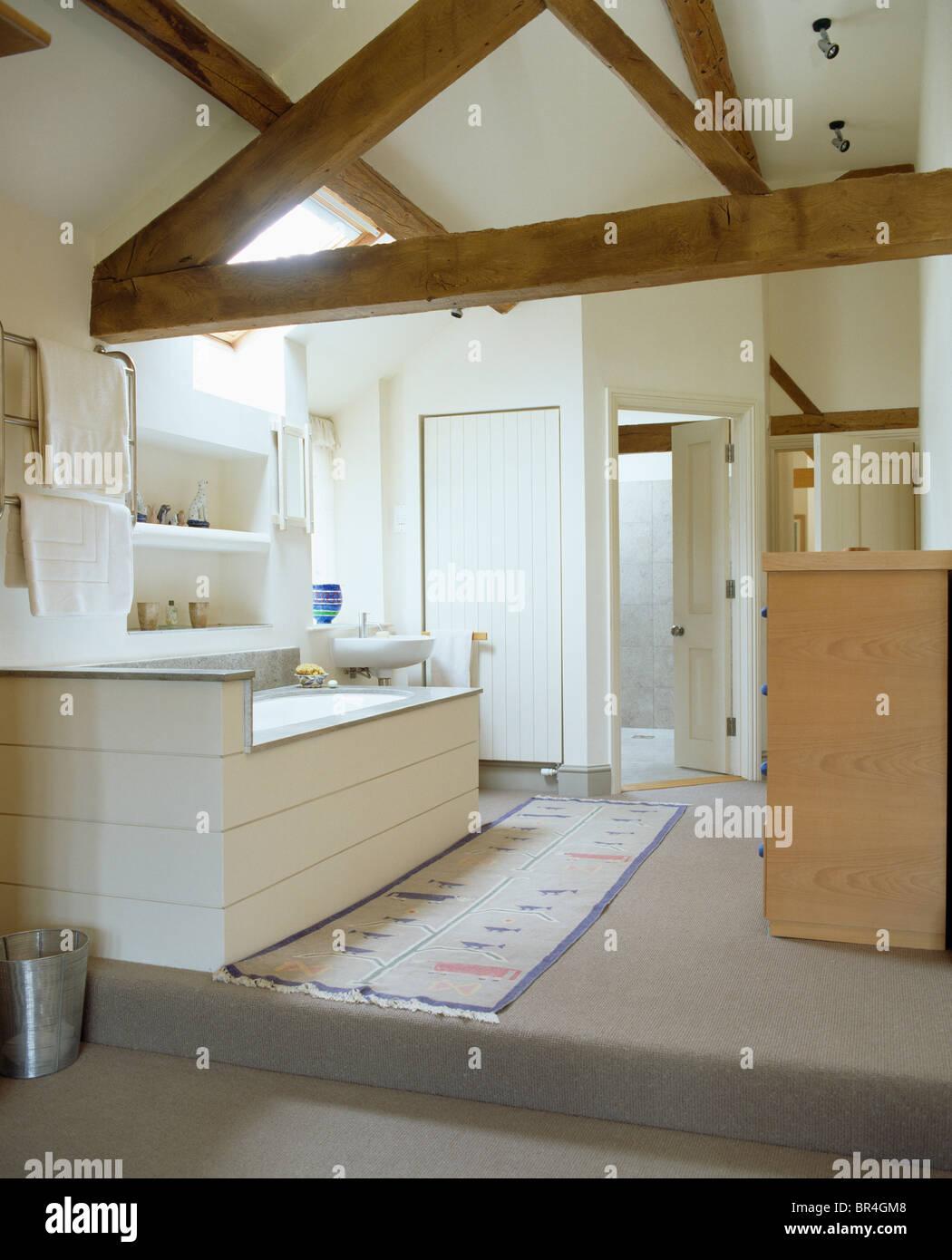poutres apparentes au plafond dans apex blanc moderne. Black Bedroom Furniture Sets. Home Design Ideas