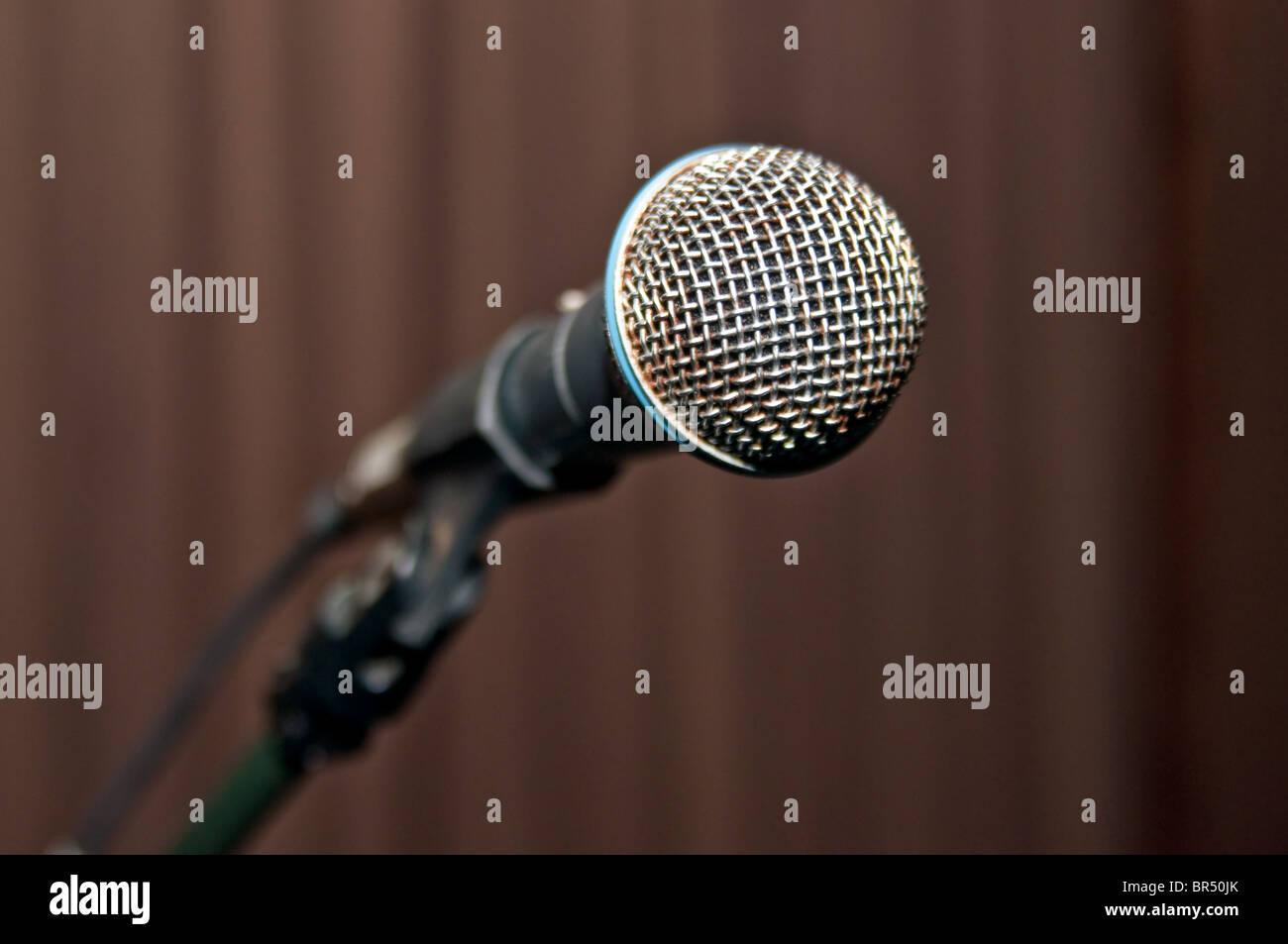 Microphone métallique sur scène avant la représentation Photo Stock