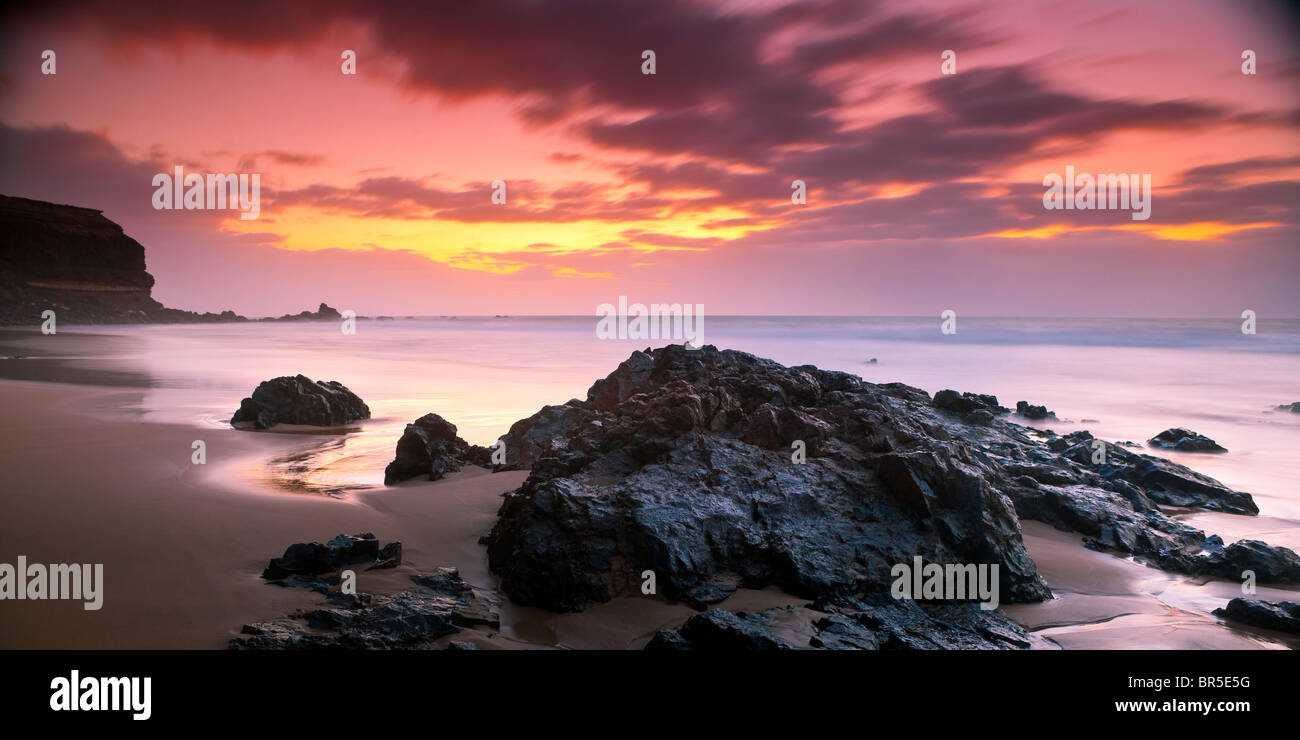 Coucher du soleil sur la plage vide fuerteventura canaries espagne Photo Stock
