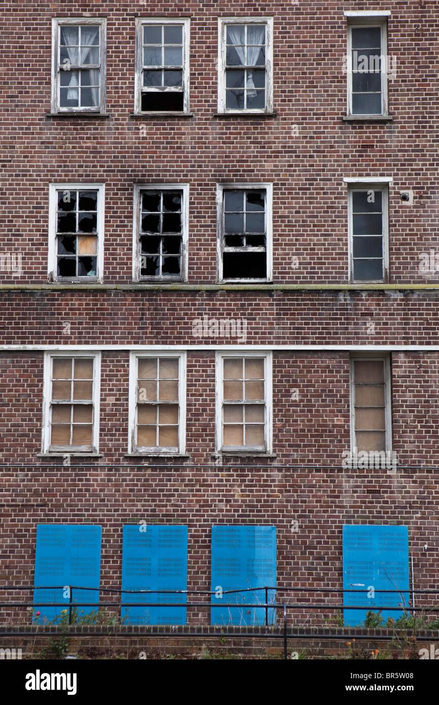 La barricadèrent windows d'un bloc de vide et d'incendie conseil endommagé appartements à Photo Stock