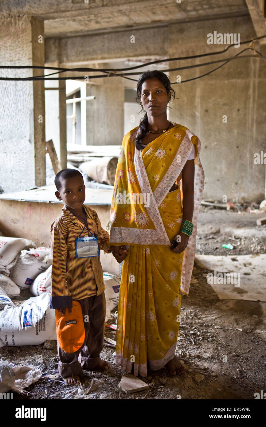 Une mère et son enfant dans le chantier de construction à l'extérieur de la nouvelle crèche Photo Stock