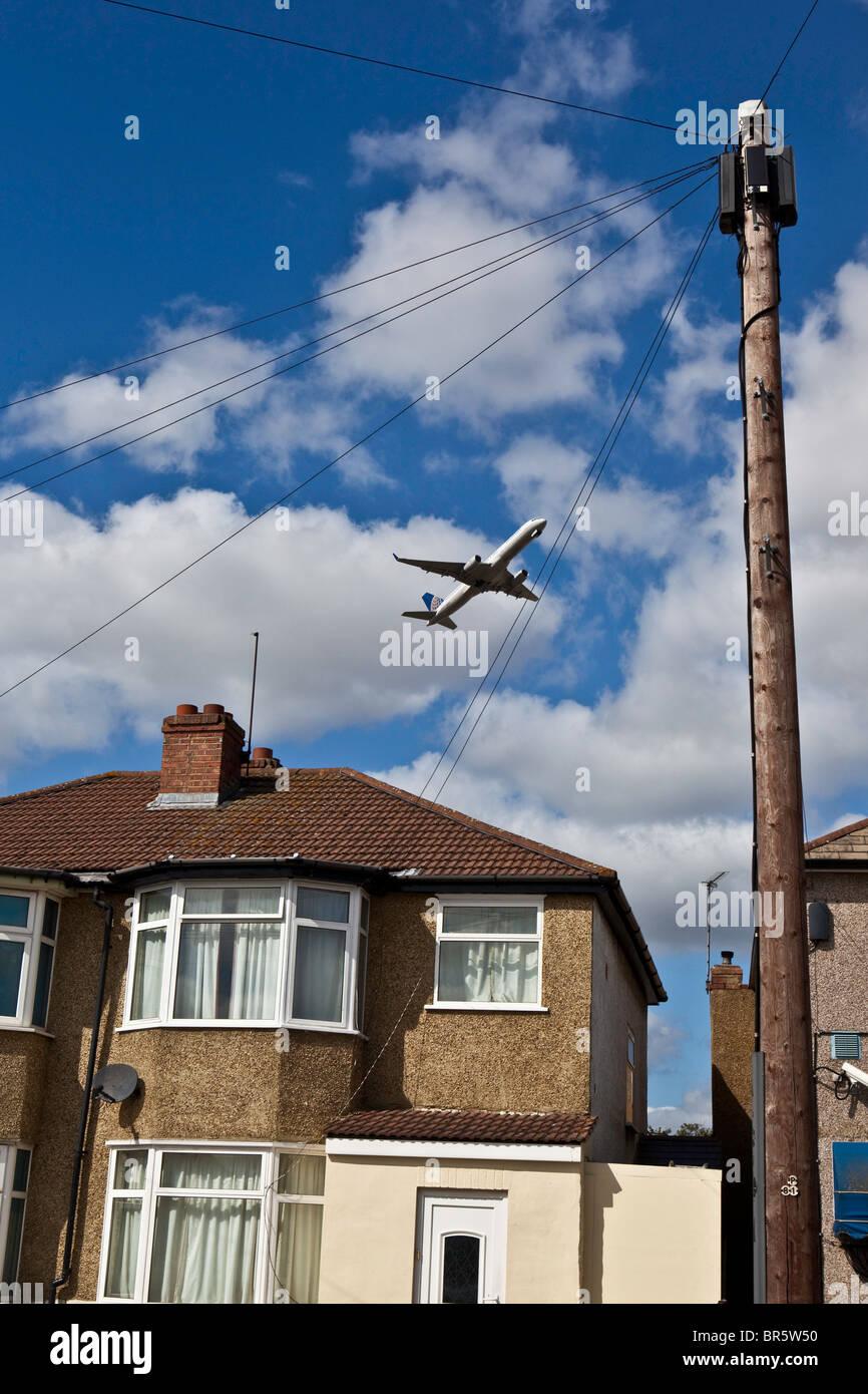 Un avion décollant de l'aéroport d'Heathrow à Londres, survolant la région de Hatton Cross Arrondissement de Hounslow. Banque D'Images