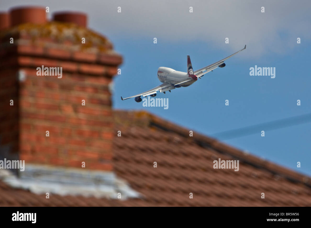 Un avion décollant de l'aéroport d'Heathrow à Londres, et survolant la zone de Stanwell Hounslow Photo Stock