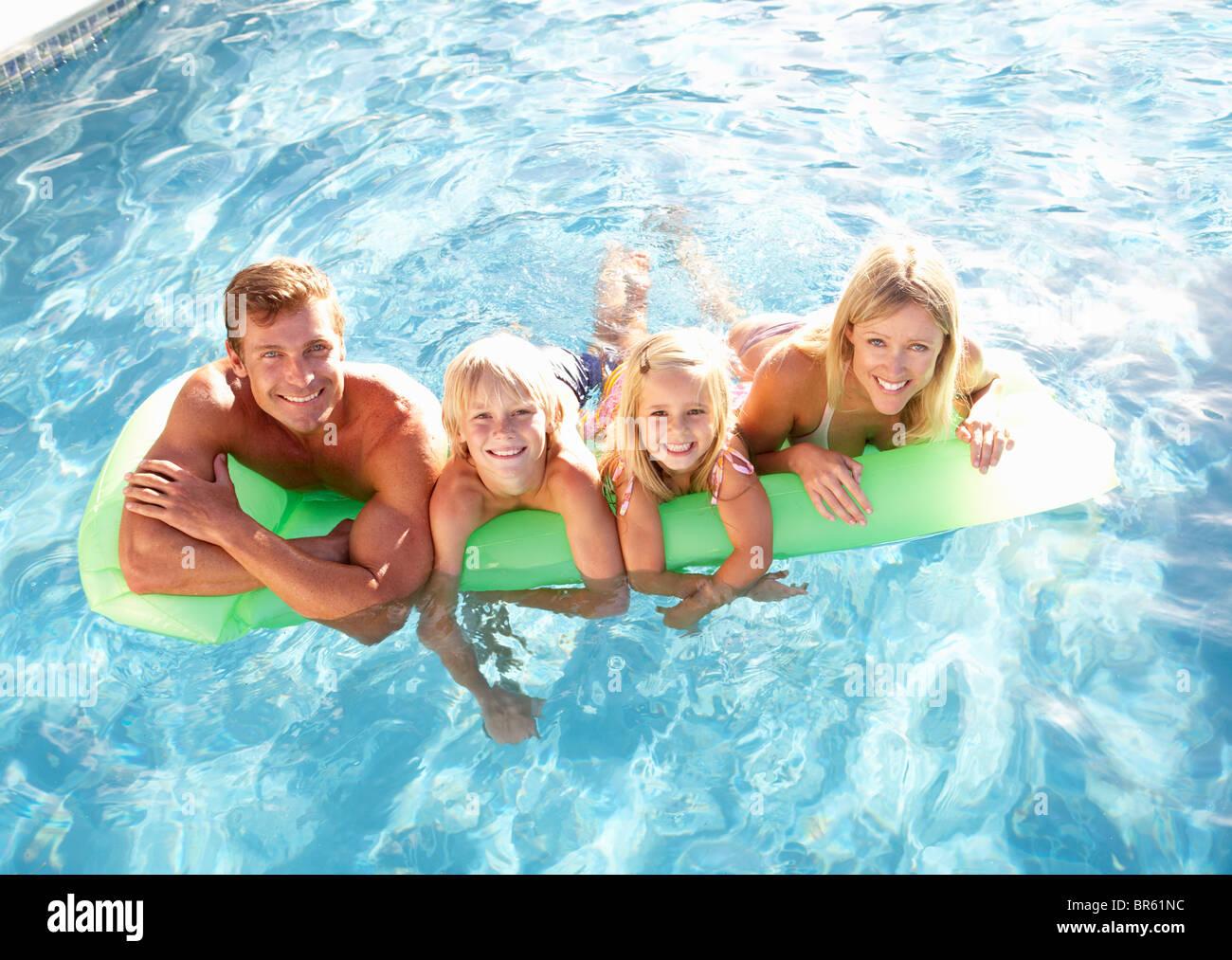 En dehors de la famille Relaxing In swimming pool Photo Stock