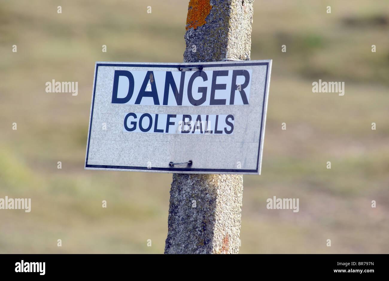 Balles de golf de DANGER PANNEAU D'AVERTISSEMENT SUR UN PARCOURS DE GOLF BRITANNIQUE UK Photo Stock