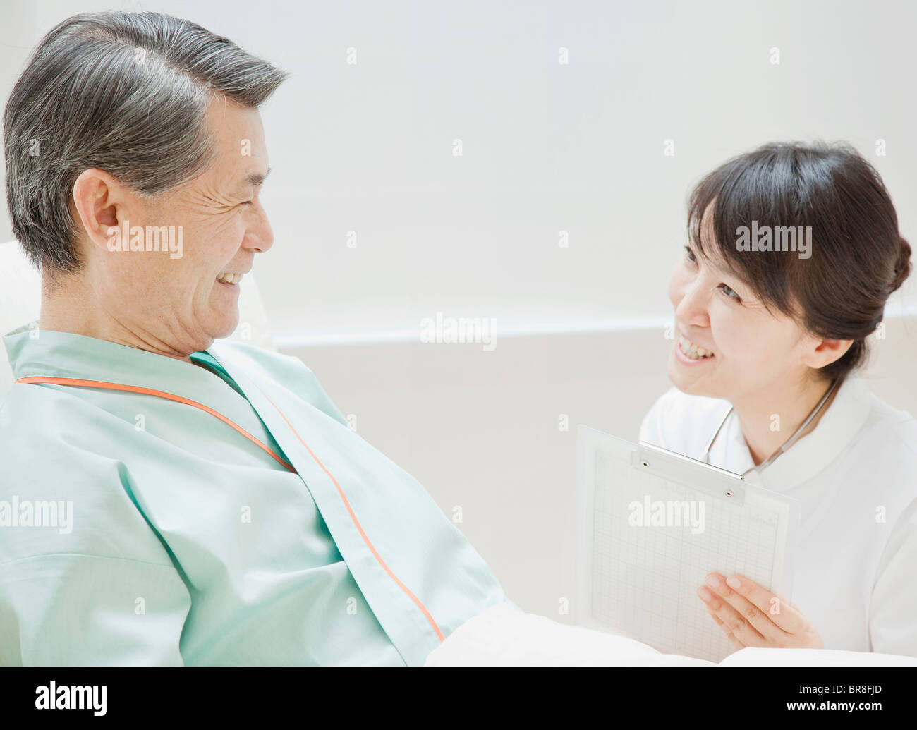 Nurse Talking to Senior Patient Banque D'Images