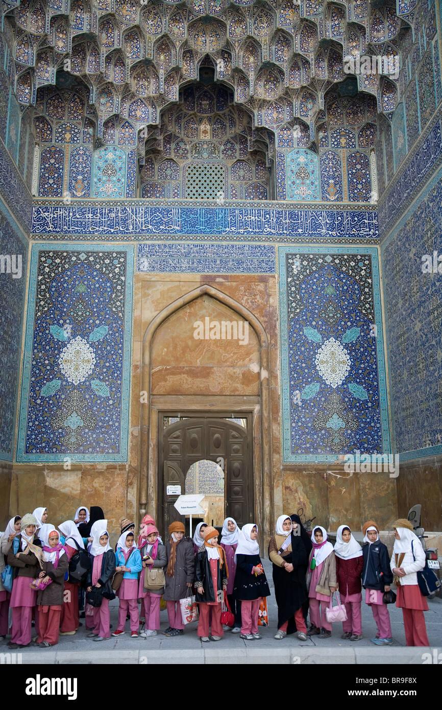 Les filles iraniennes sur une sortie scolaire à la mosquée de l'Imam à Ispahan en Iran. Photo Stock