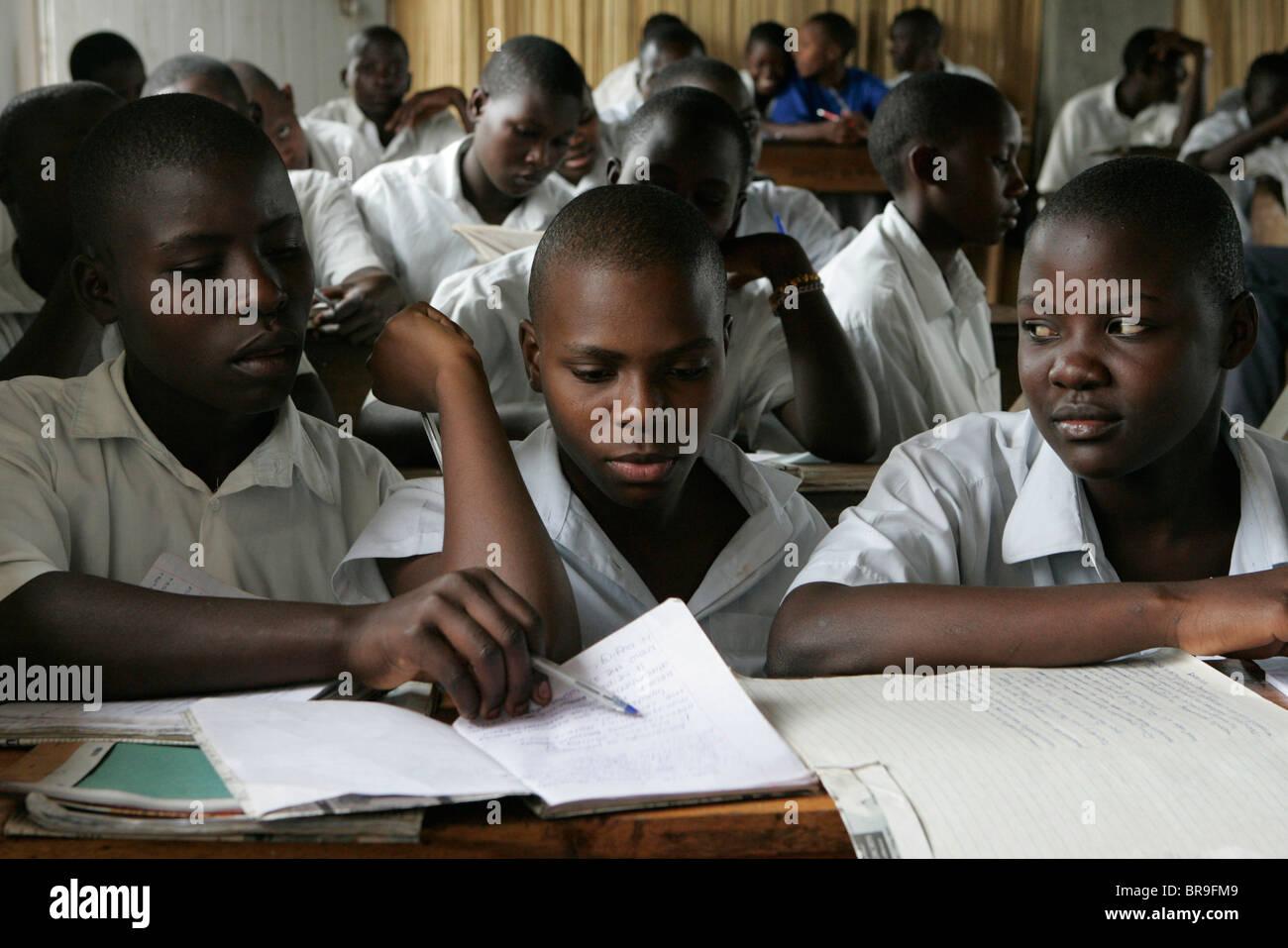 Les jeunes filles étudient dans une chambre de l'école dans les régions rurales de l'Ouganda. Photo Stock