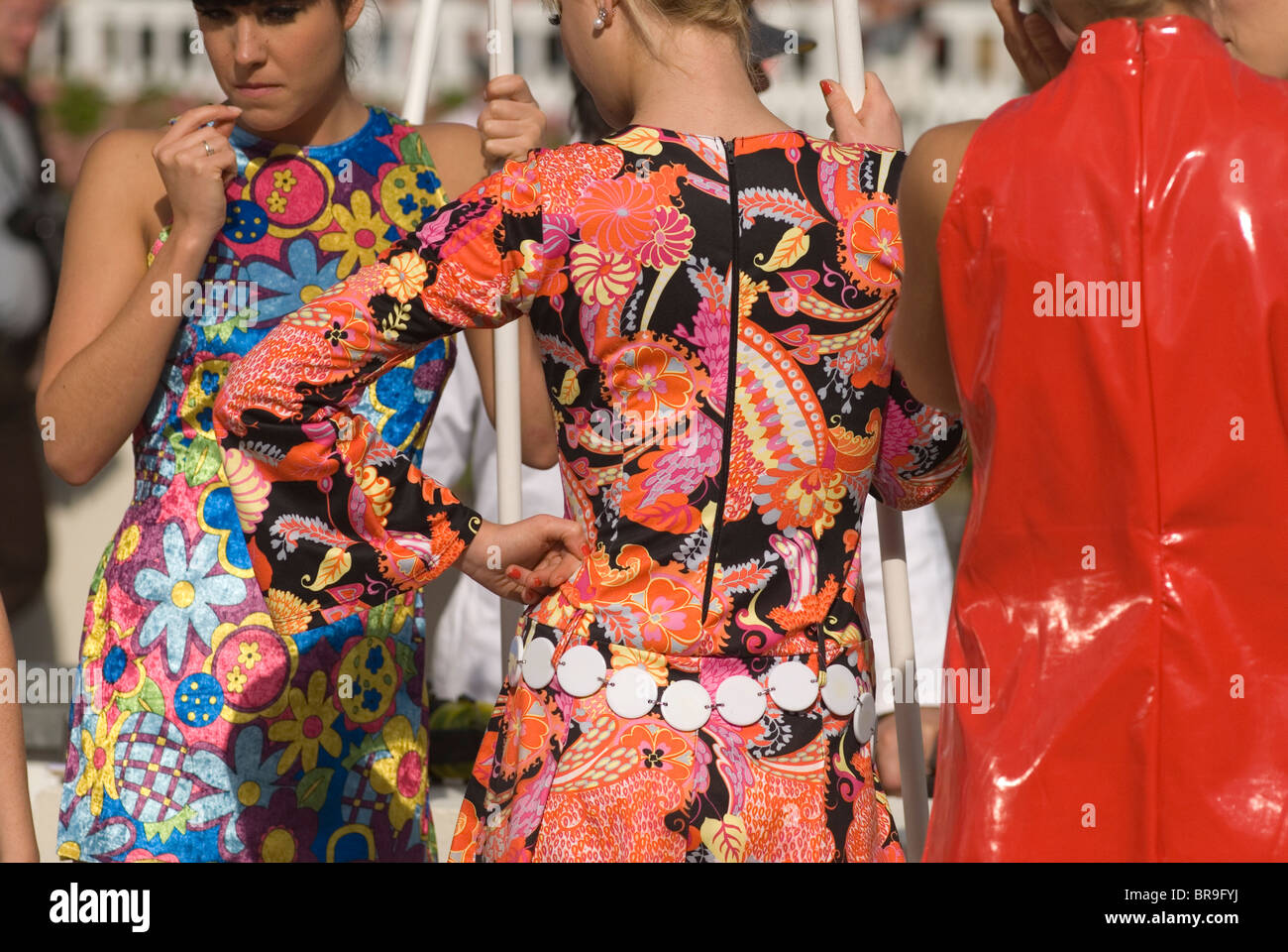 Goodwood Festival of Speed. Goodwood Sussex UK. Les jeunes filles portant des vêtements rétro. HOMER SYKES Photo Stock