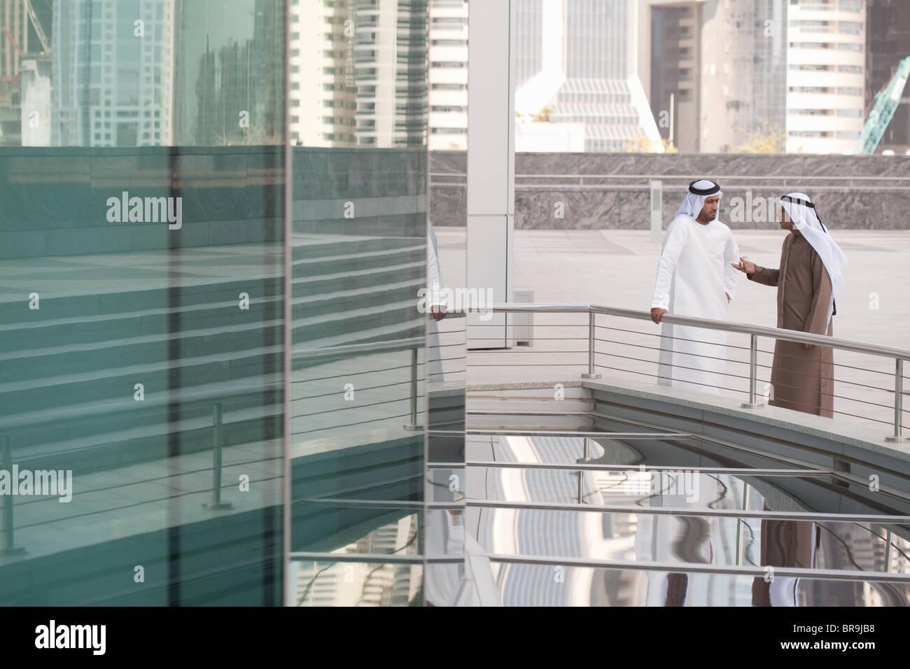 Les hommes d'affaires du Moyen-Orient par office building Photo Stock