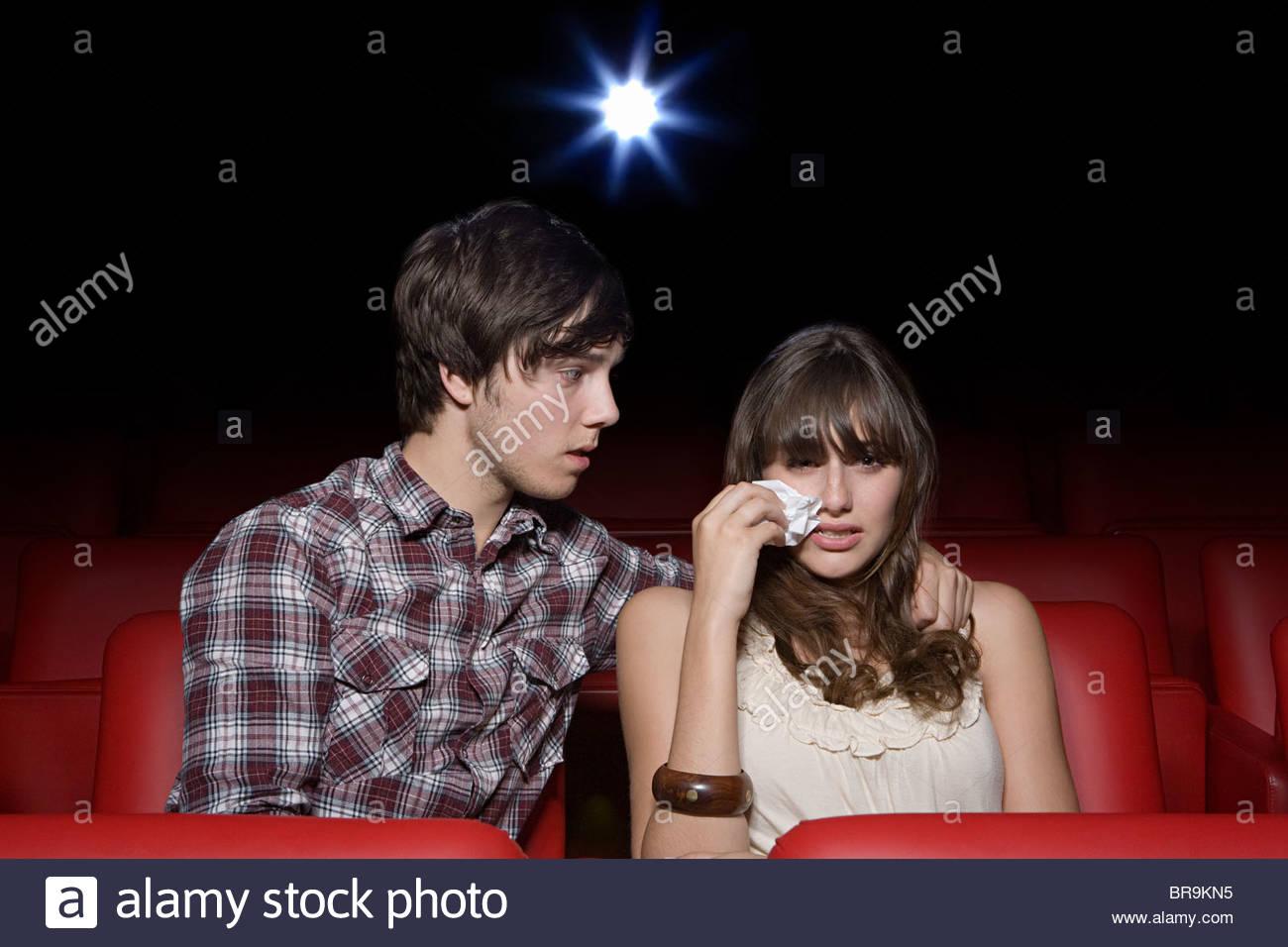 Jeune couple dans la salle de cinéma, tant pleurer Photo Stock