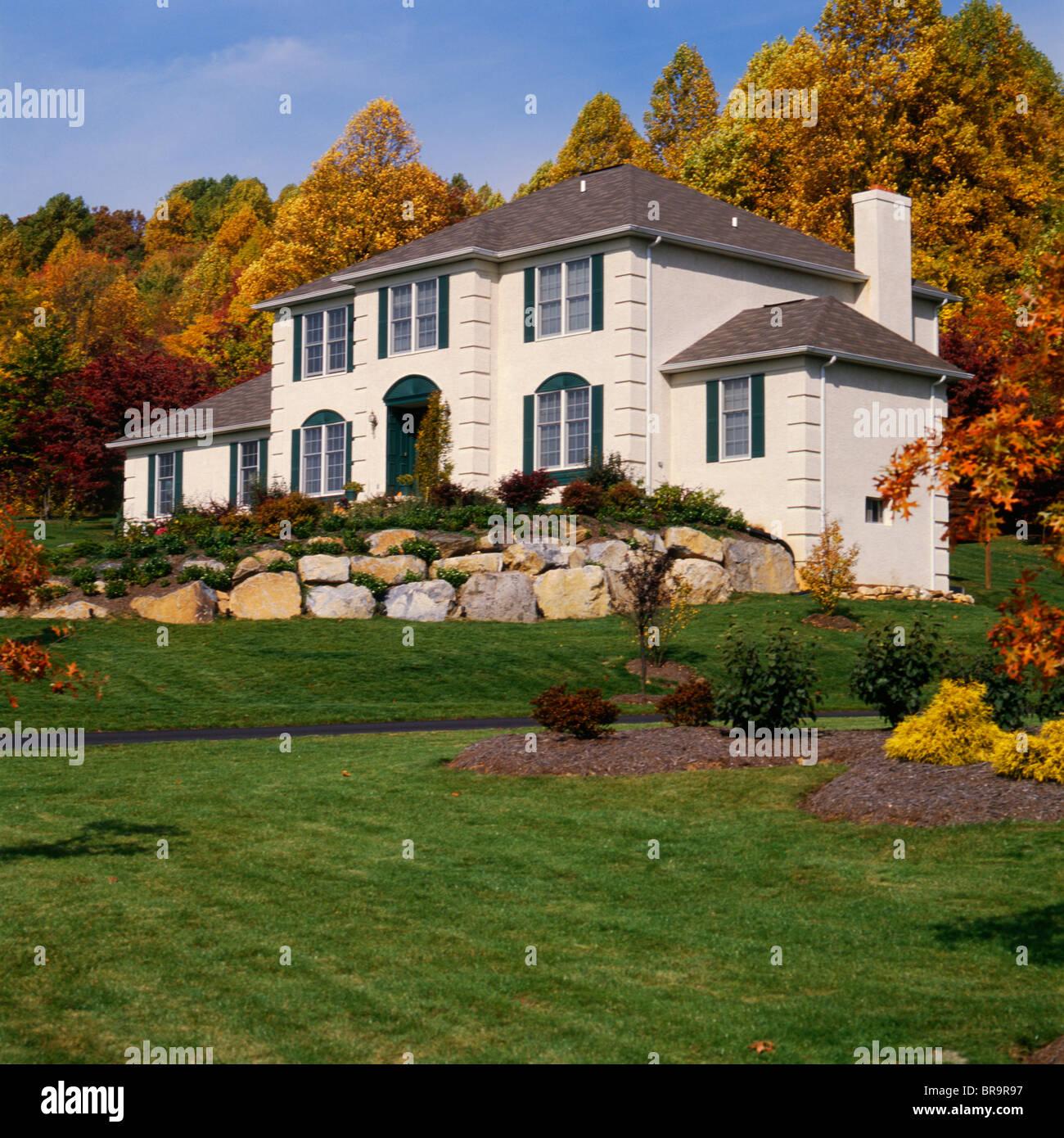 Maison Blanche Et Grise maison blanche avec des volets gris et mur de pierre dans la