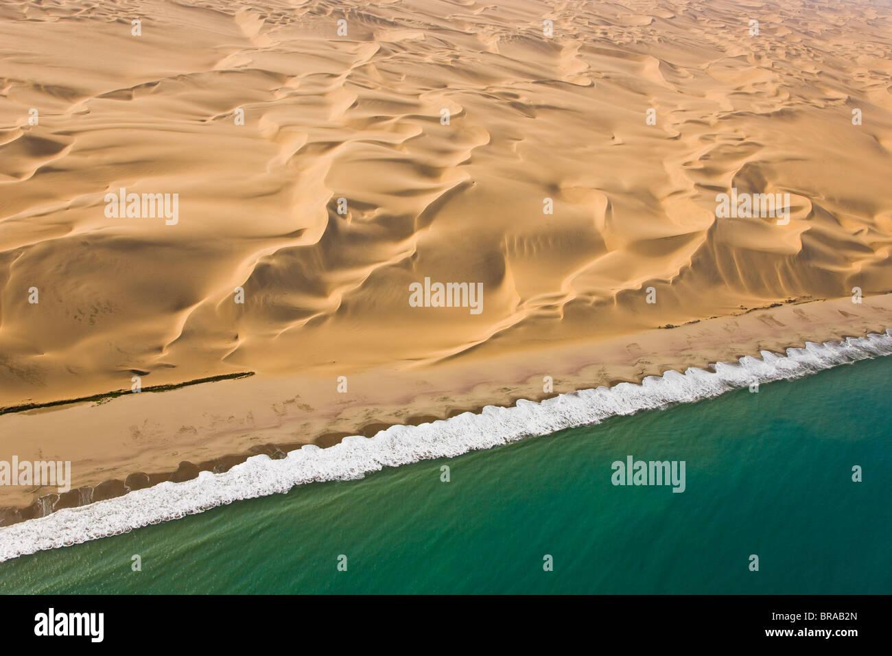 Vue aérienne de dunes de sable et de la côte atlantique, près de Swakopmund, désert du Namib, Photo Stock