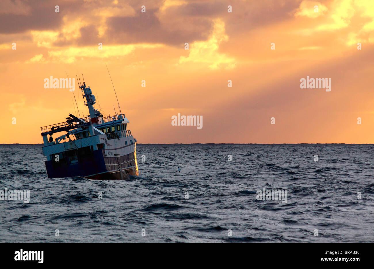 Trawler au coucher du soleil sur la mer du Nord, septembre 2009. Parution de la propriété. Banque D'Images