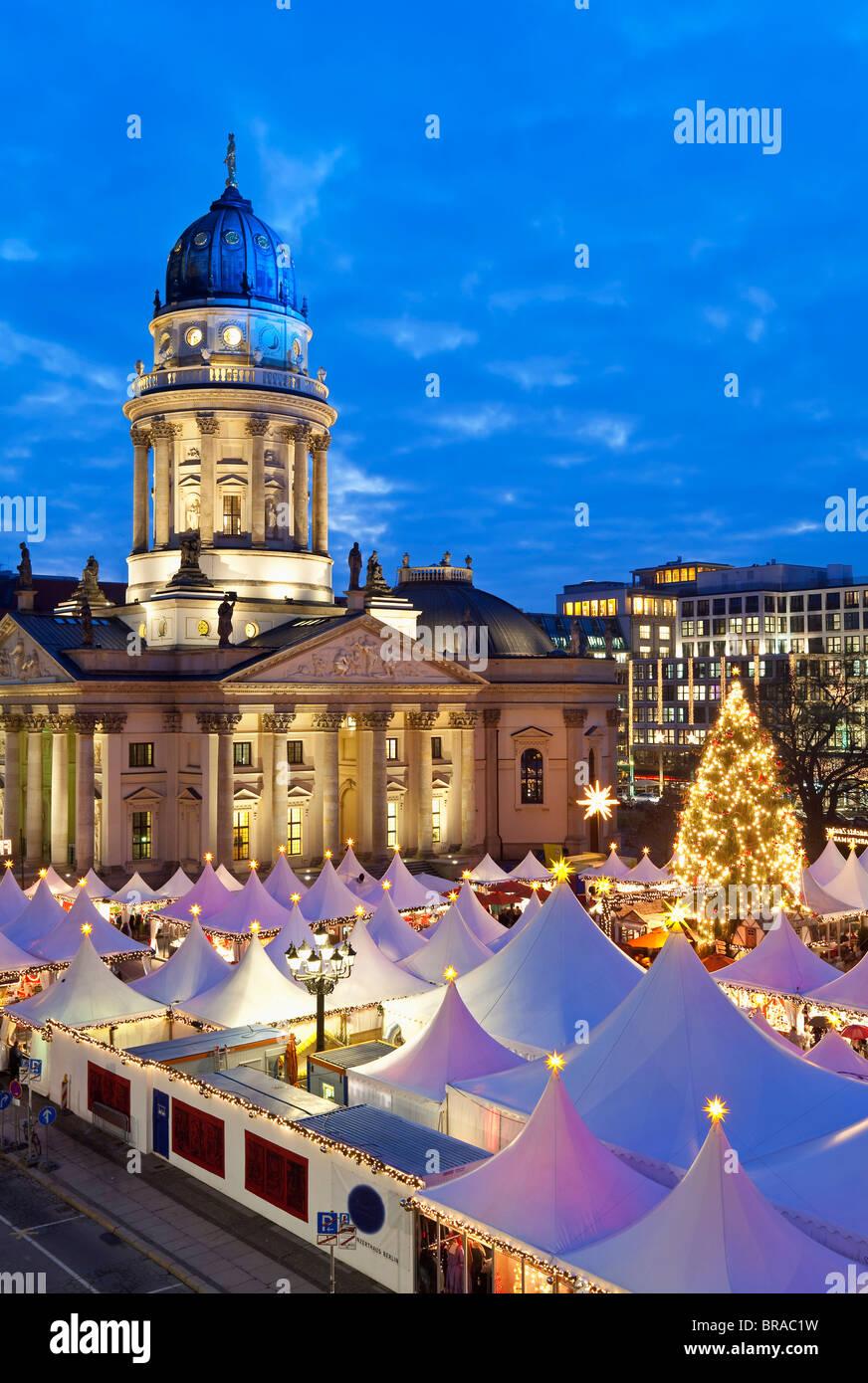 Marché de Noel au Gendarmenmarkt, allumé à la tombée de la nuit, Berlin, Germany, Europe Photo Stock