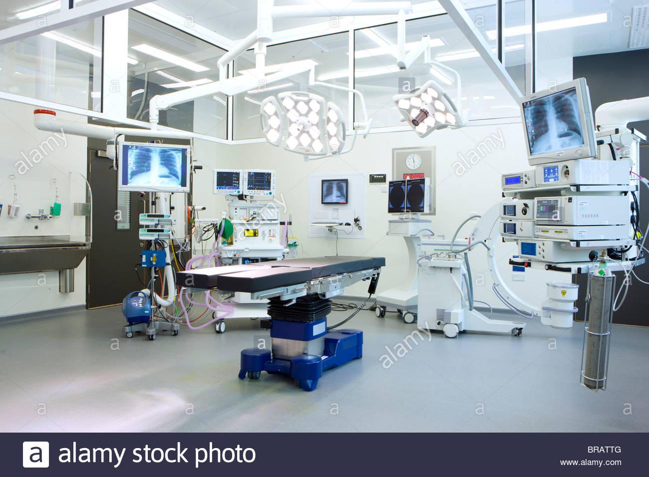 Salle d'opération de l'hôpital avec des moniteurs et l'équipement Photo Stock
