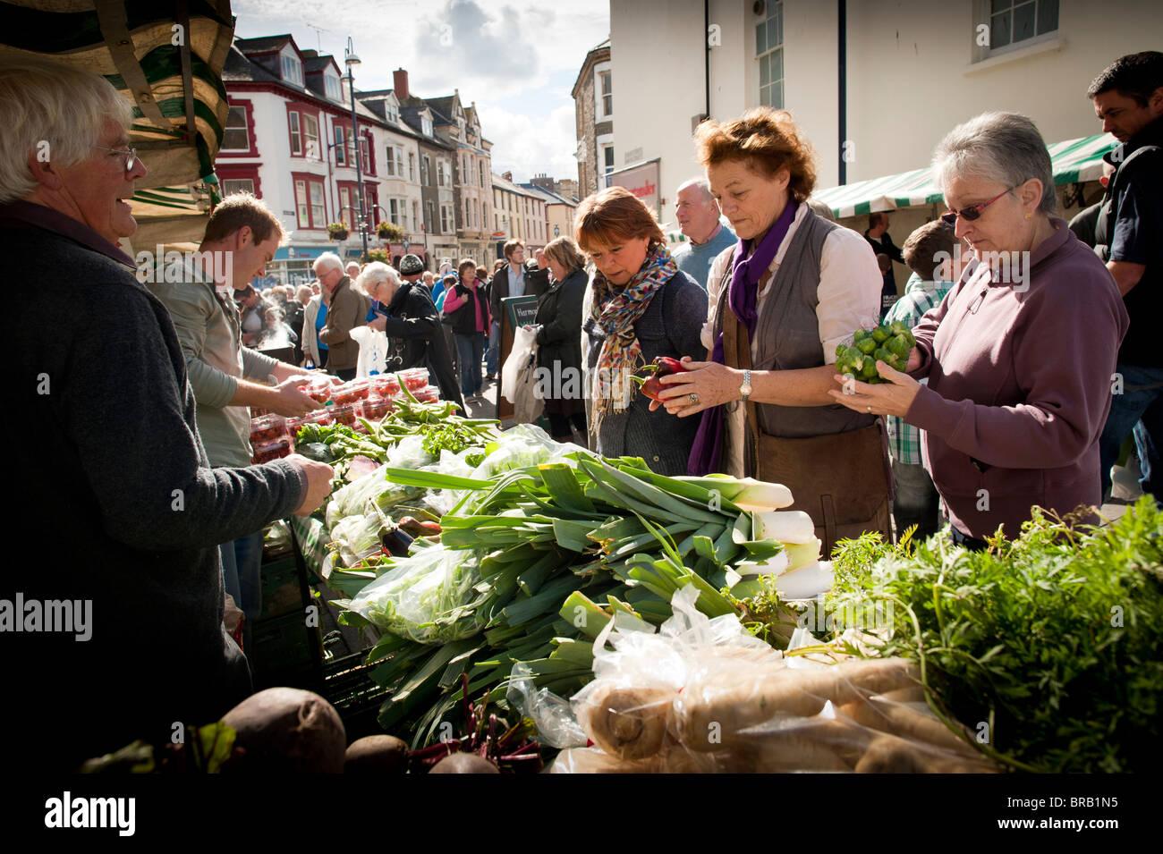 ELISABETH LUARD, écrivain, l'achat de légumes frais locaux un marché de producteurs et d'Aberystwyth Photo Stock
