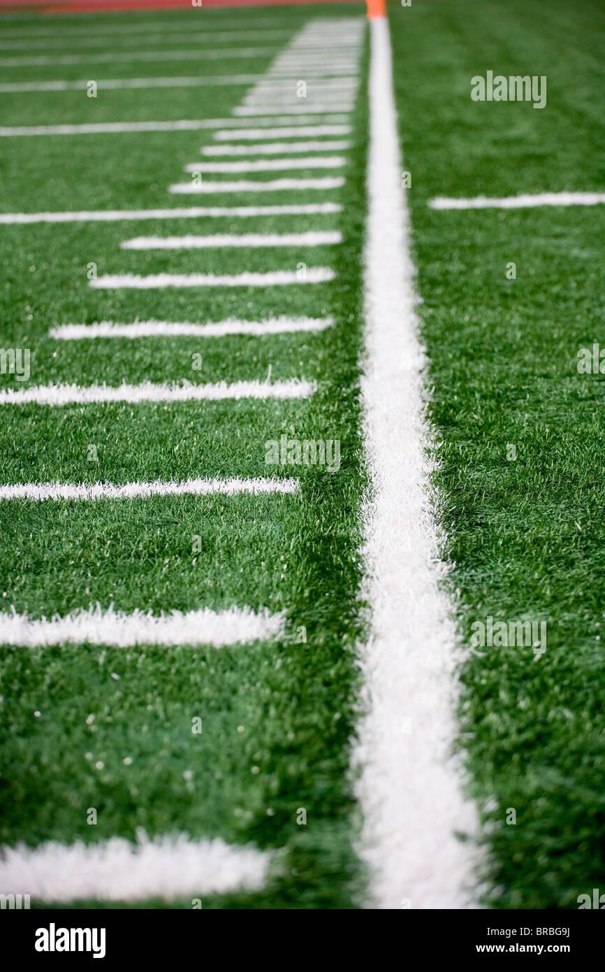 American football apposés à côté de l'astro-turf domaine Photo Stock