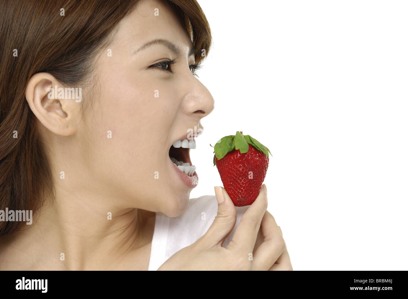 Portrait d'une belle femme asiatique avec strawberry Photo Stock