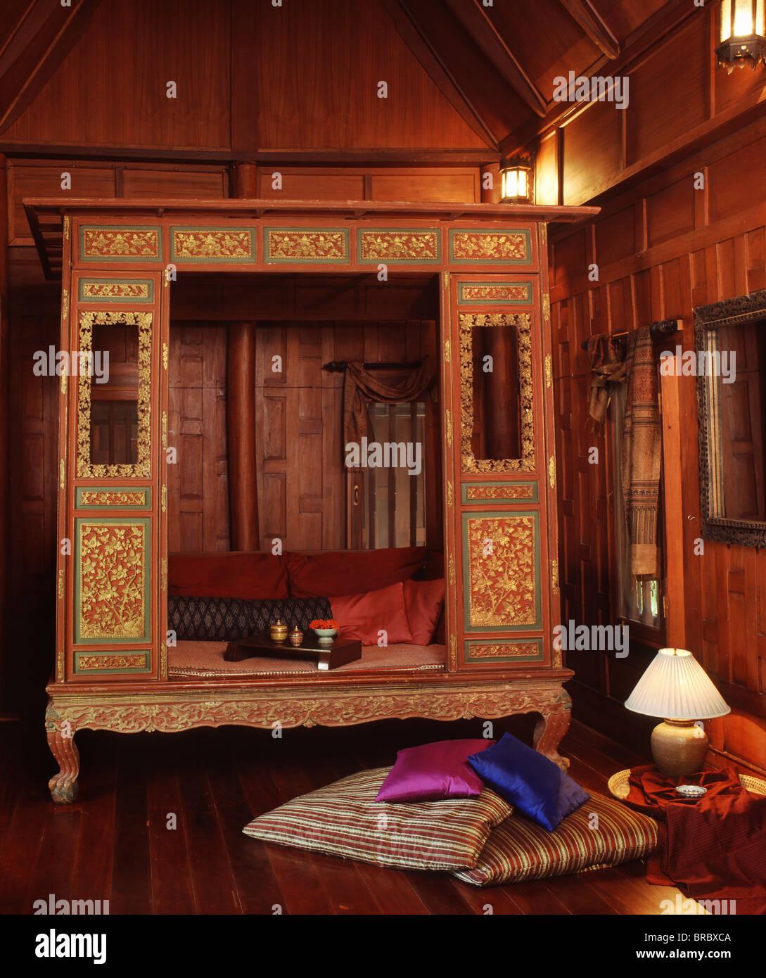 Intérieur d'une maison de style Thaï avec un lit Thai-Chinese, Thaïlande Photo Stock