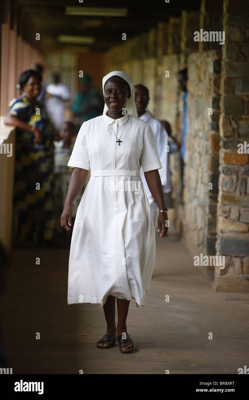 Nun dans Dzogbegan Danyi Dzogbegan, Abbaye Bénédictine, Togo, Afrique de l'Ouest Photo Stock