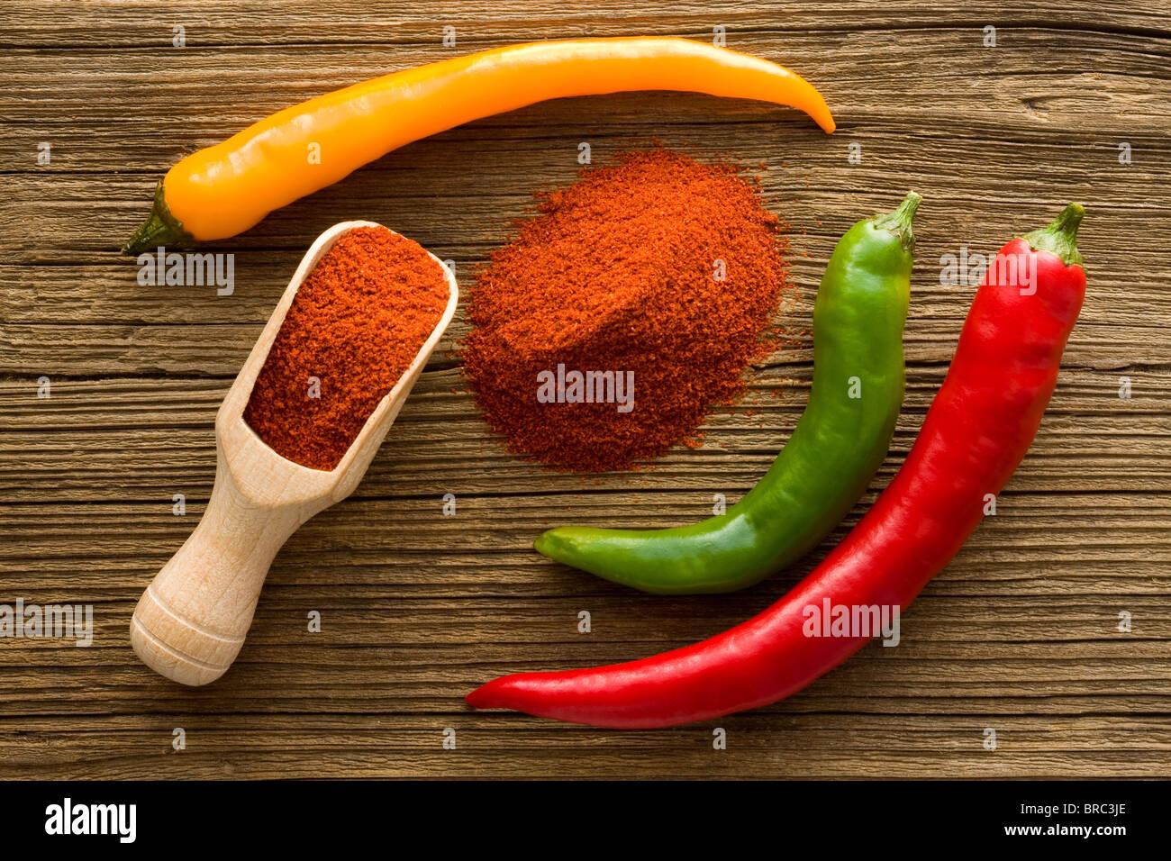 Red Hot paprika en poudre sur cuillère en bois Photo Stock