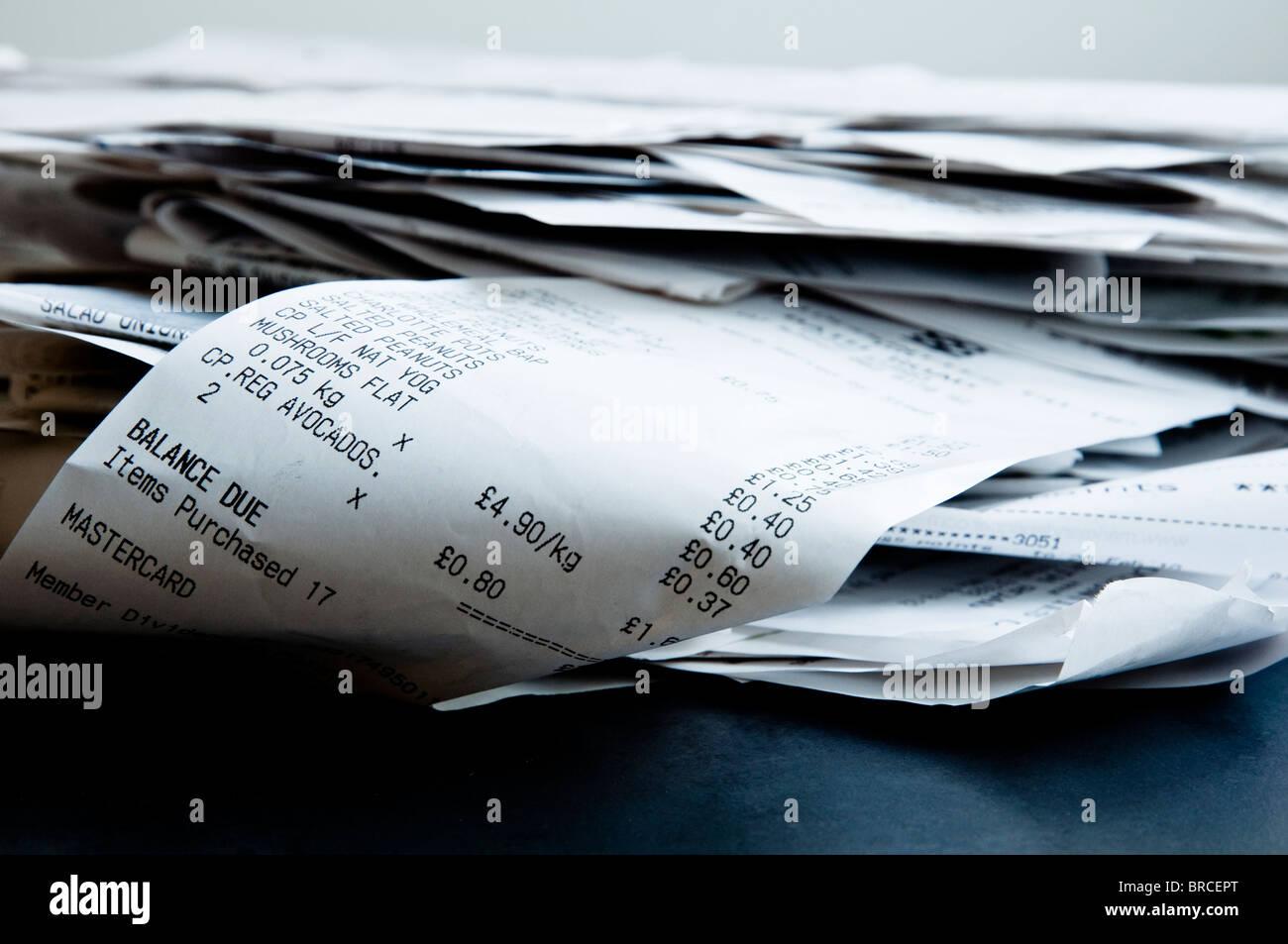 Pile de reçus pour les dépenses de la vie quotidienne. Photo Stock