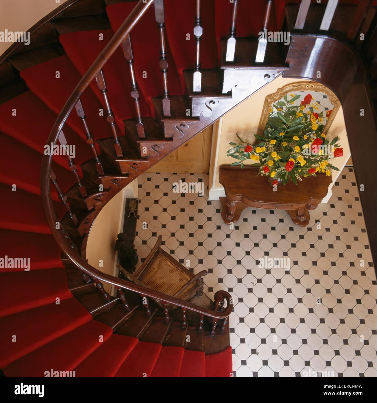 Vue à Vol D Oiseau De L Acajou D Escalier Avec Tapis Rouge