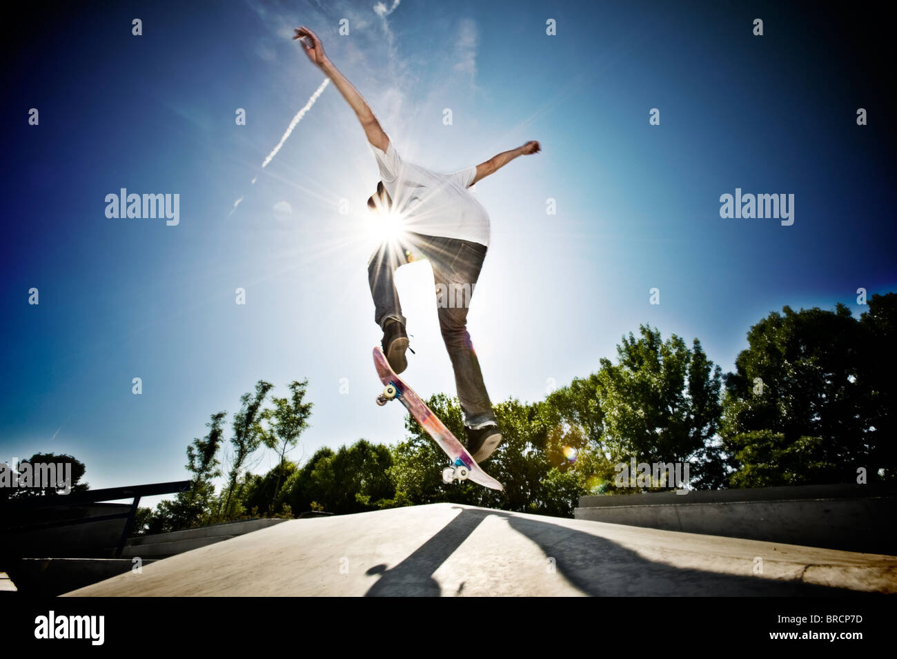Faire un tour de skate skateur Photo Stock